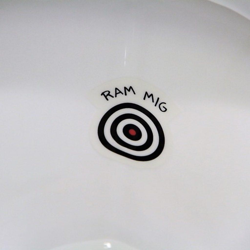 Ram Mig-skilt. Skoletoiletter. Fluen i toilettet udviklet af Brave. Brave er eksperter i skoletoiletter.