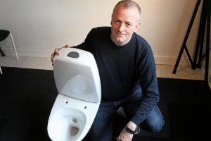 Skoletoilet – Ashley-Brereton fra Brave