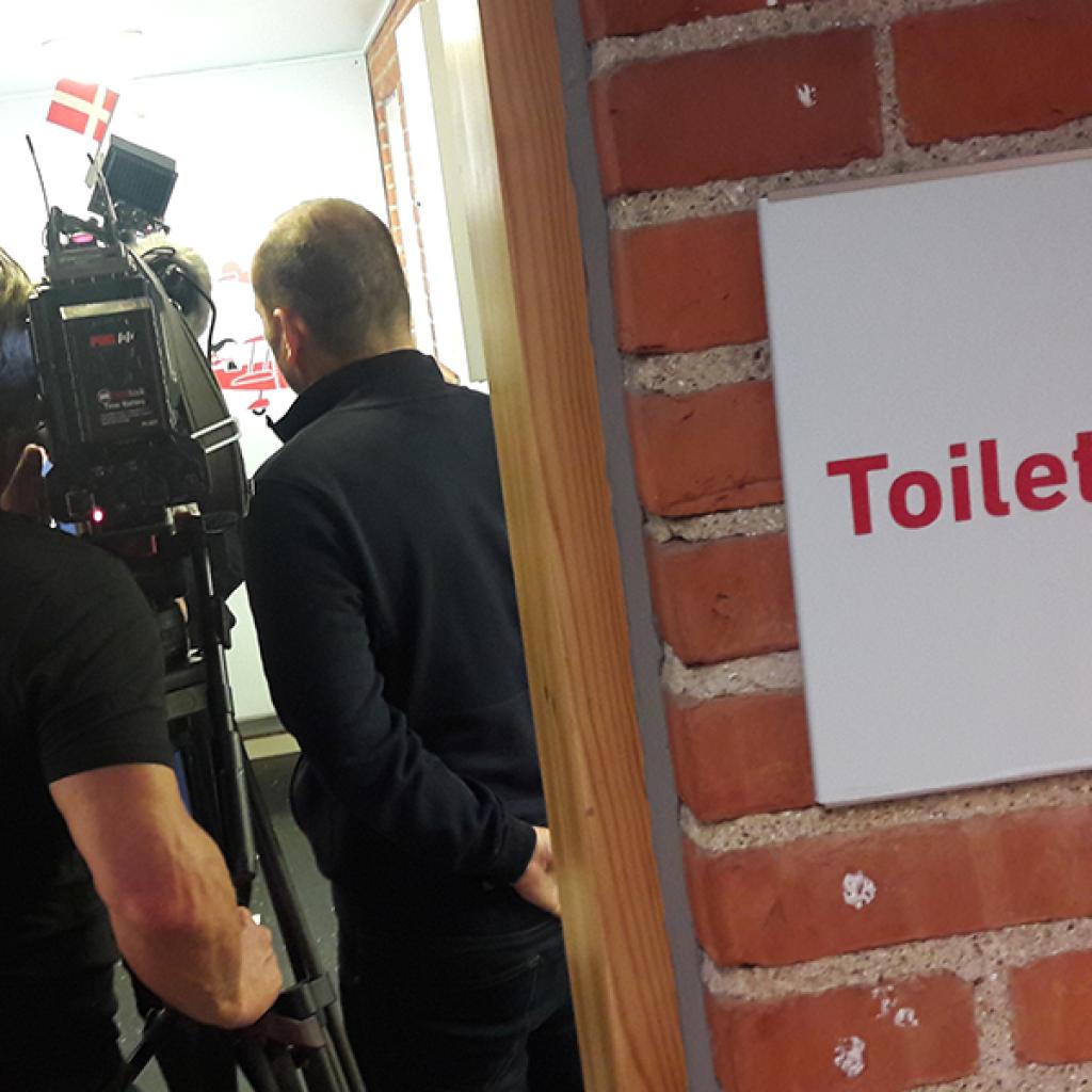 Skoletoiletter. Toiletskilte. Brave løser problemer med skoletoiletter. Pressearbejde hos Brave.