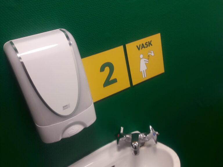 Nudging og toiletter. Ulækre skoletoiletter Skoletoiletter og nudging. Høj Hygiejne. Designet af Brave. Brave er eksperter i skoletoieltter
