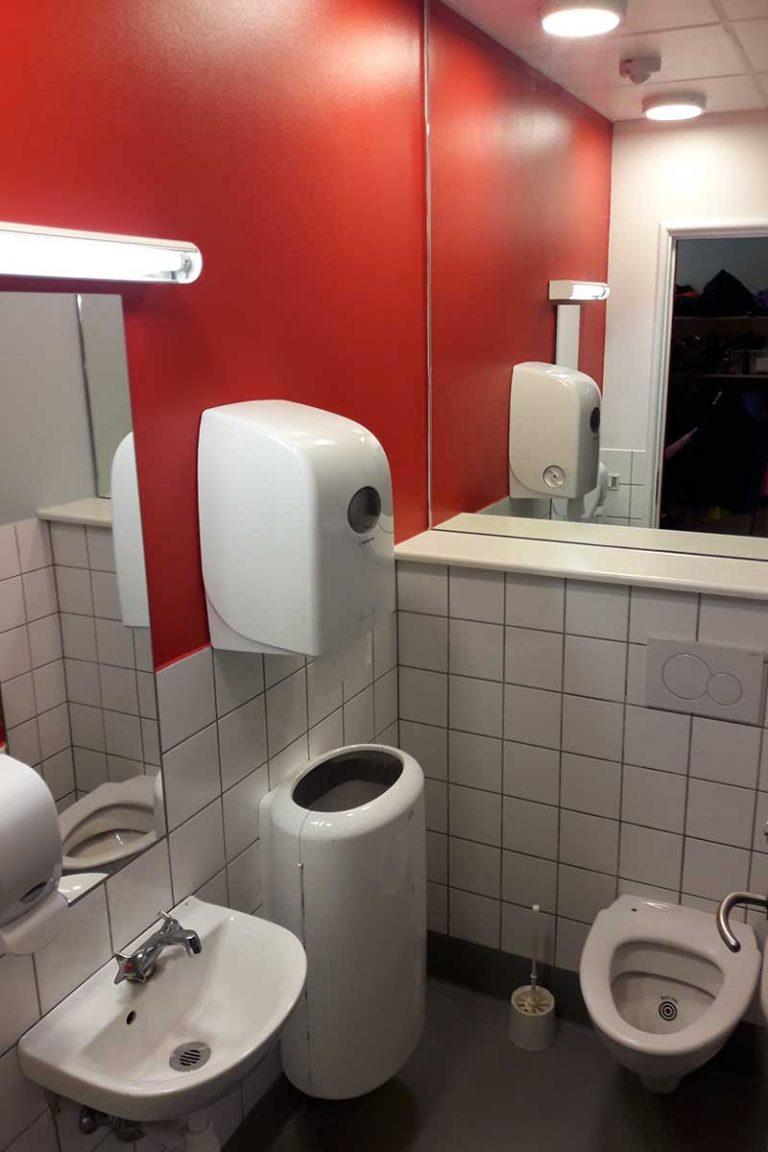Skoletoiletter. DR skoletoiletter. Problemer med skoletoiletter. Brave er ekspert i design af skoletoiletter. Vi udarbejder arkitektplaner og får elever til at passe på toiletterne