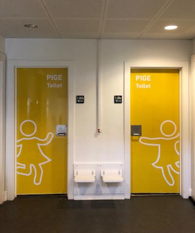 Skoletoiletter. Renovering af skoletoiletter. Design af skoletoiletter. Gule toiletter på Frederiksberg