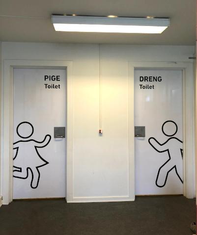 Fremtidens skoletoiletter med adfærdsdesign. Hvide skoletoiletter. Design lavet af Brave