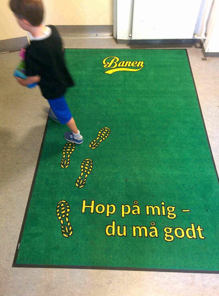 Nudging med fodspor i skolen. Nudging udført af Brave. Kommunikationsstrategi og nudging. Skoletoiletter.