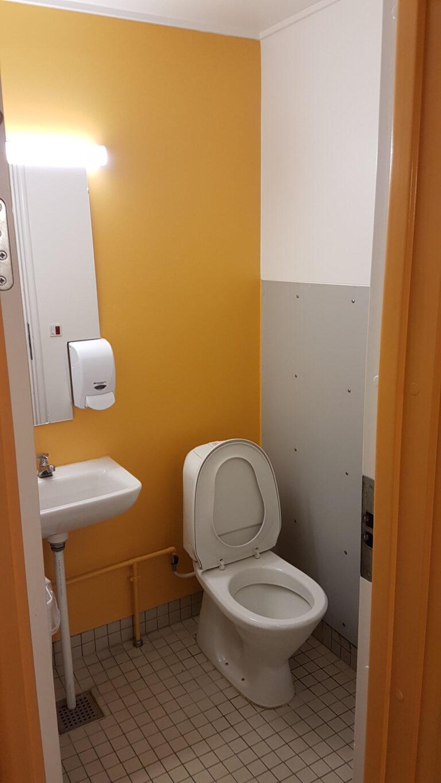 Skoletoiletter-let-renovering af Brave. Skoletoiletter i farven orange