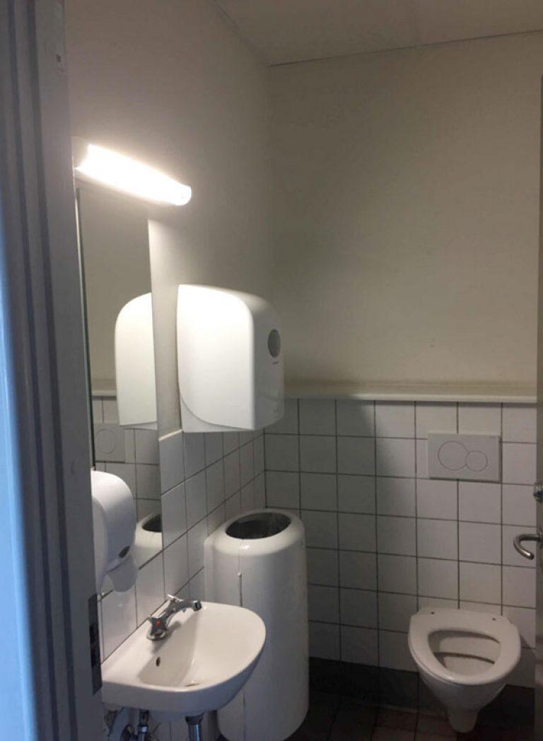 Før-billede inden renovering af SFO-toiletterne. Brave