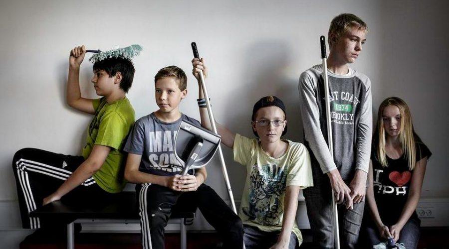 Elever tager ansvar for folkeskolen. De hjælper rengøringen. Miljøteam er udviklet af Brave. Trivsel i folkeskolen. Få hjælp hos Brave