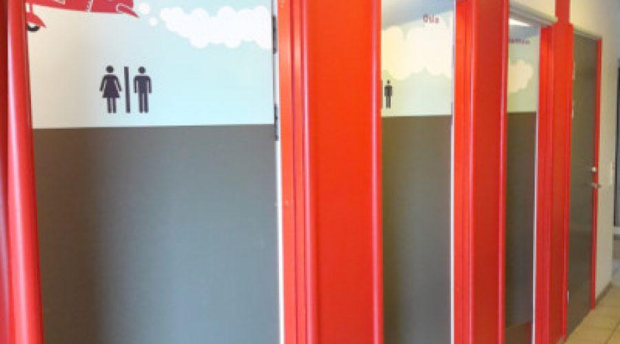 Problemer med skoletoiletter. Skrækkelige skoletoiletter. Brave løser problemer med skoletoiletter.